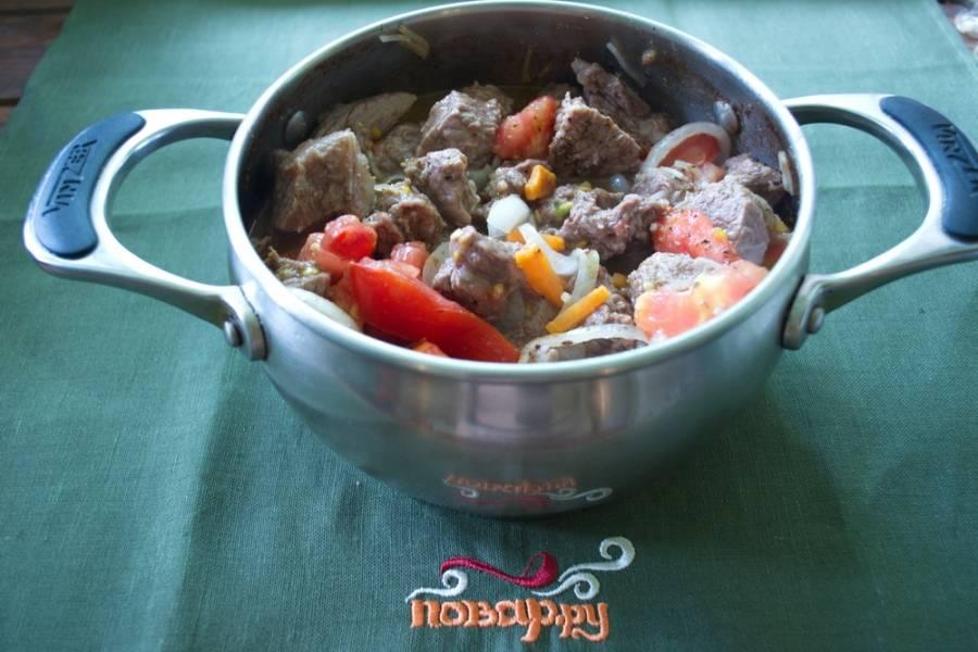 Добавьте морковь, лук, помидоры (нарезанные кубиком). Перемешайте. Добавьте специи и соль. Тушите все вместе на среднем огне до готовности.