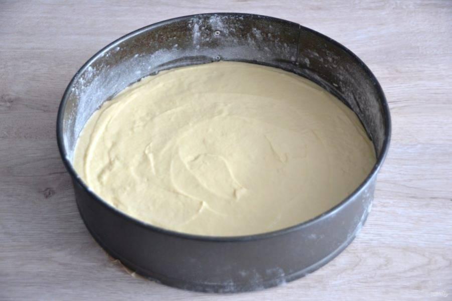 Дно формы для запекания застелите пергаментом, смажьте форму сливочным маслом и слегка присыпьте мукой, излишки муки стряхните. Выложите тесто в подготовленную форму, разровняйте. Выпекайте в духовке при температуре 180 градусов примерно 45 минут. Готовность можно проверить деревянной зубочисткой.