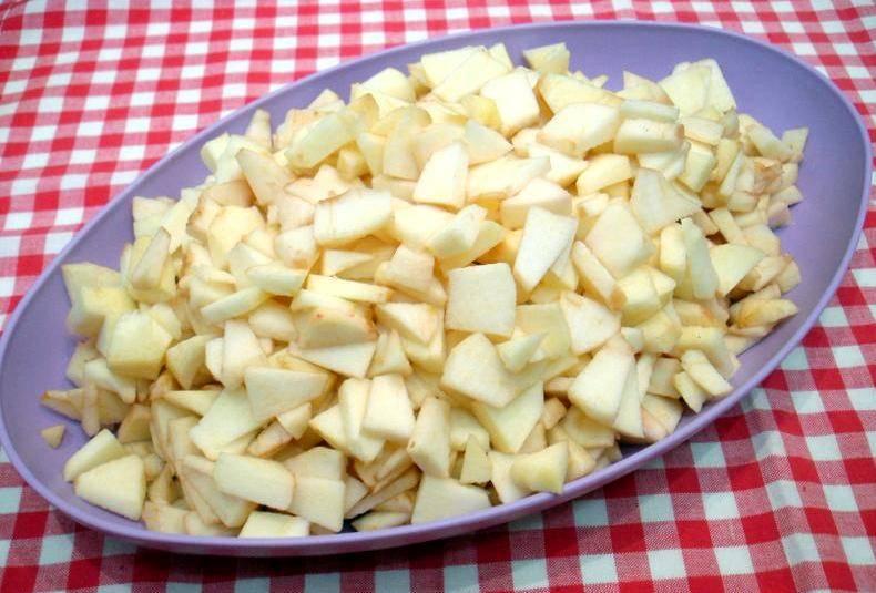 Итак, для начала мы приготовим начинку. Для этого вам подойдут любые яблоки, но лично я беру кисловатые, чтобы блюдо не получилось слишком сладким. Для начала очищаем яблоки от кожуры и вырезаем сердцевину, затем режем их на небольшие кубики. Выкладываем яблоки в миску и поливаем их соком одного лимона (чтобы не потемнели и сохранили форму при выпекании).