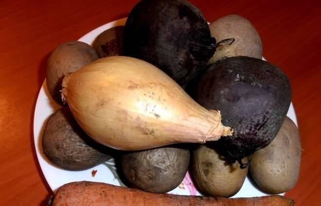 Отворите в подсоленной воде свеклу, картофель, морковь и яйца. Очистите овощи от кожуры с помощью ножа, остудите. Яйца очистите от скорлупы и опустите в холодную воду остывать.