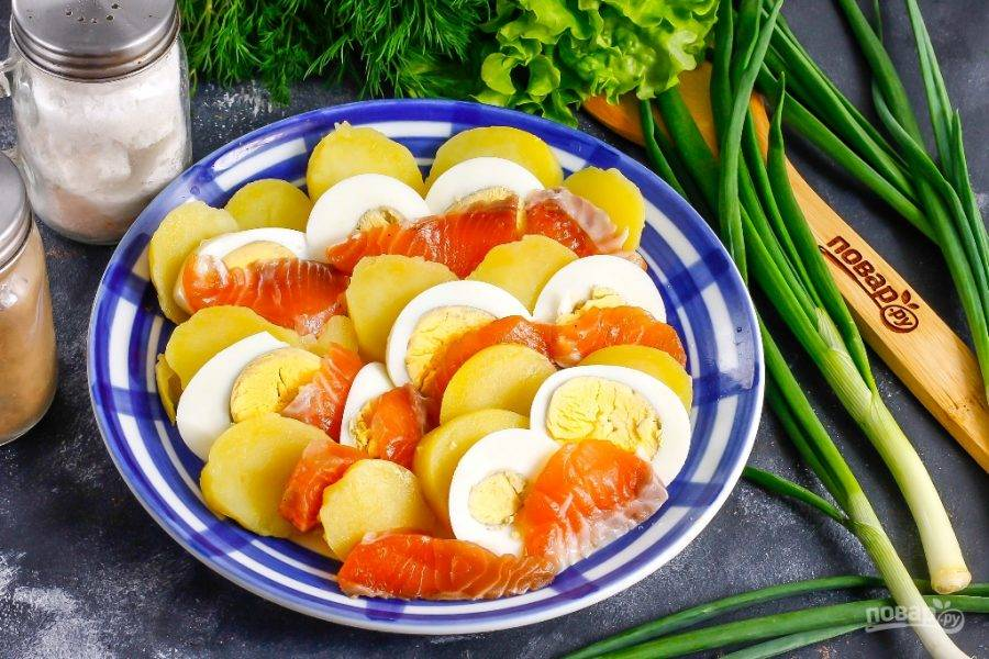Чередуя нарезки между собой, выложите их на тарелку или блюдо.