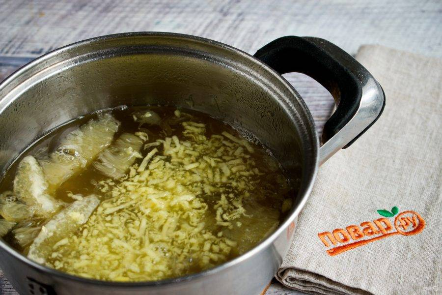 В кастрюльке соедините воду (300 мл), сахар и ванилин, доведите до кипения, варите   до растворения сахара. Добавьте имбирь и лимон, доведите до кипения, готовьте в течение 2 минут.