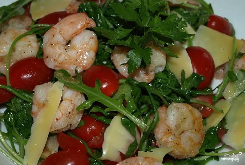 Добавьте рукколу в салатницу. Также поместите порезанные помидоры черри и ломтики сыра. Заправьте салат уксусом, смешанным с оливковым маслом, солью и перцем. Приятного аппетита!
