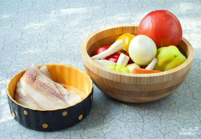 1. Первым делом подготовьте все ингредиенты, которые будете использовать. Овощи вымойте, обсушите. Рыбу при необходимости нужно разморозить.