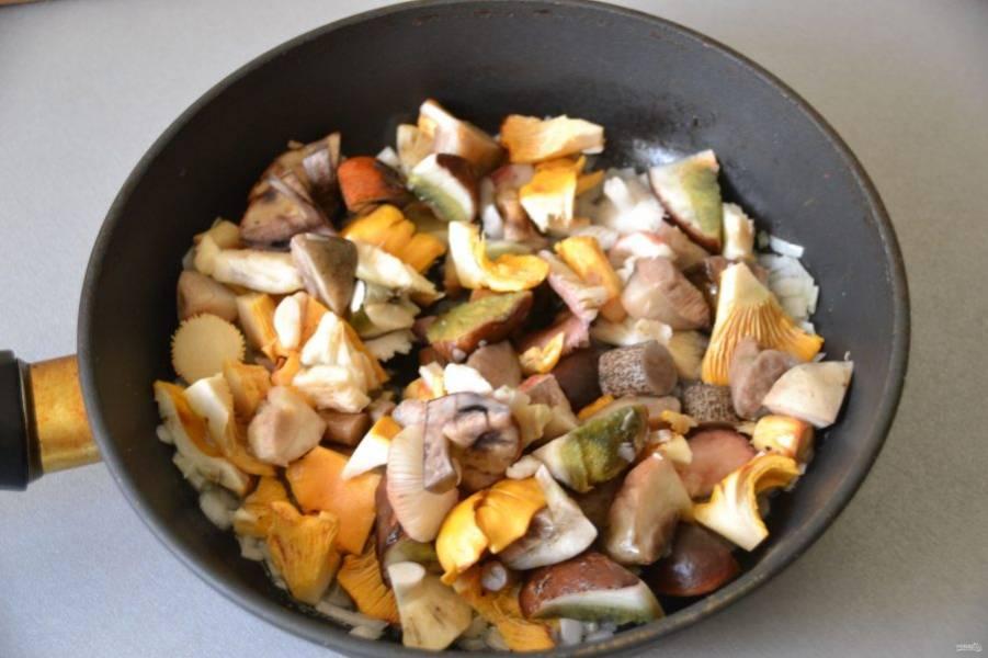 Добавьте к луку грибы, накройте крышкой и жарьте примерно 15 минут.