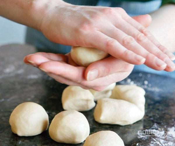 2.Разделите тесто на 8 частей, сформируйте из каждой шарик, накройте тесто пленкой или полотенцем и оставьте на полчаса при комнатной температуре.