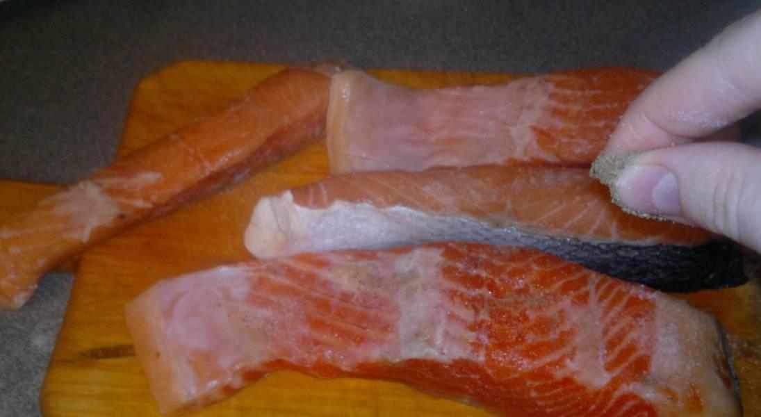 1. Для того, чтобы получилась сочная рыба, ее следует замариновать и запечь в фольге. Современная техника способна ускорить процесс приготовления, а вкус от этого не изменится. Итак, нарезаем семгу кусочками (половинками).
