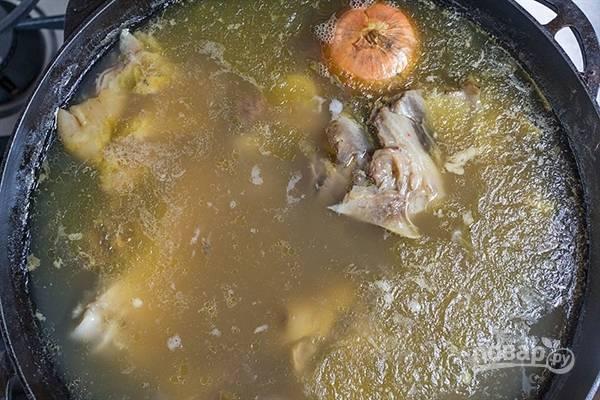 Затем в большой кастрюле соедините бульоны со всем мясом. Добавьте луковицы. Варите хаш ещё час.