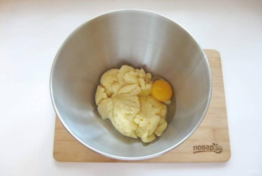 Дайте тесту немного остыть и по одному введите яйца. Я это сделала с помощью миксера, но можно и ложкой.