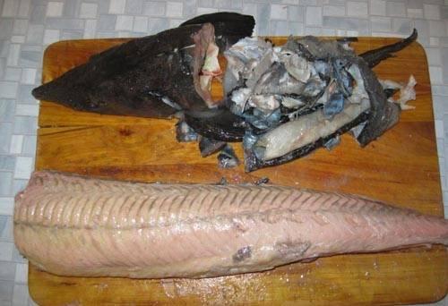 1. Рыбу вымойте, очистите от внутренностей. Чтобы легче было снять кожицу, обдайте рыбку кипятком или подержите под струей очень горячей воды. Удалите голову.