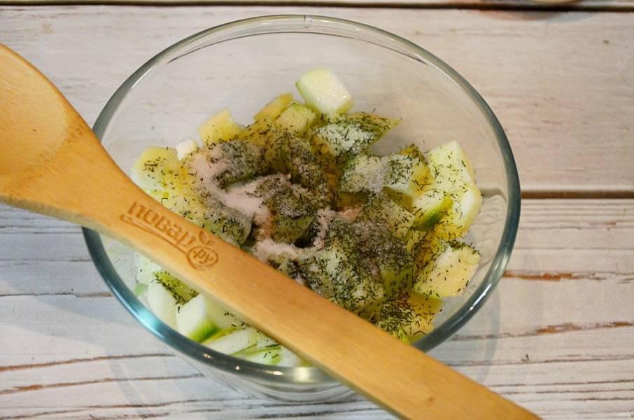 3. Влейте масло, уксус, добавьте соль и сахар. Перемешайте. Накройте и оставьте на 3-4 часа.
