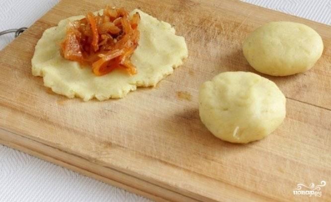 Каждый кусочек картофельного теста превратите в лепёшку руками и выложите в каждую лепёшку по ложке начинки из капусты. Из начинки предварительно лучше слить лишнюю жидкость. Сформируйте котлетки и слегка присыпьте их мукой.