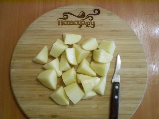 4. Картофель порезать на четыре части.