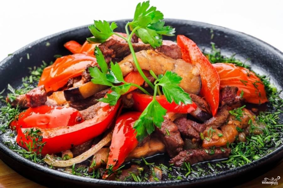 Когда блюдо будет готово, мясо должно получиться сочным, а овощи остаться хрустящими. Подавайте фахитос с мексиканскими лепешками. Приятного аппетита!