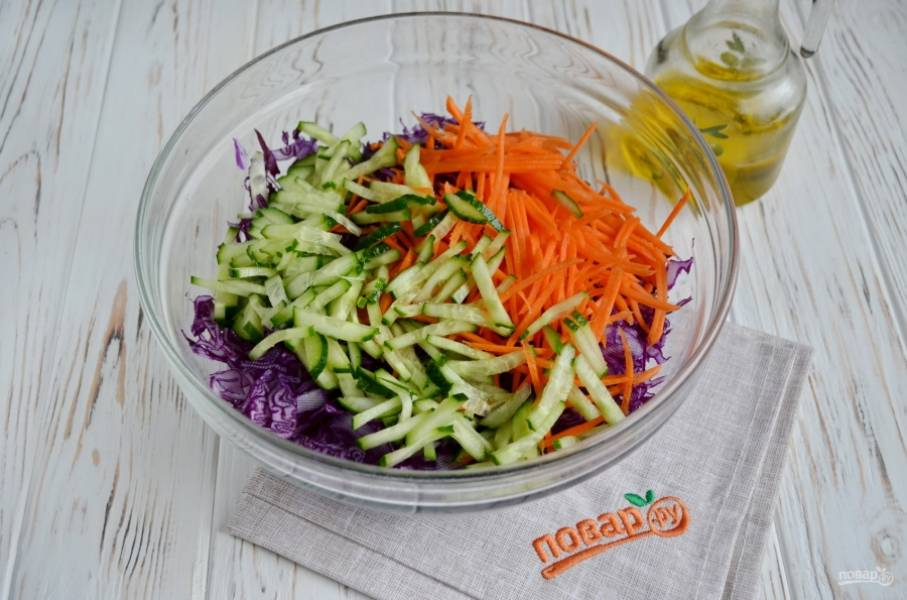 Огурец порежьте соломкой, морковь натрите на терке для овощей по-корейски.