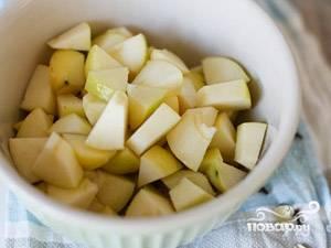 Яблоки помойте и нарежьте небольшими кусочками.