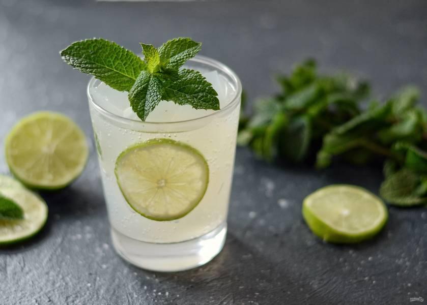 Напиток из лайма с мятой