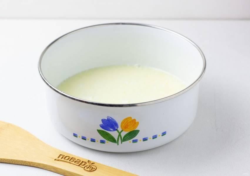 Яйцо взбейте вилкой или венчиком с молоком и маслом.
