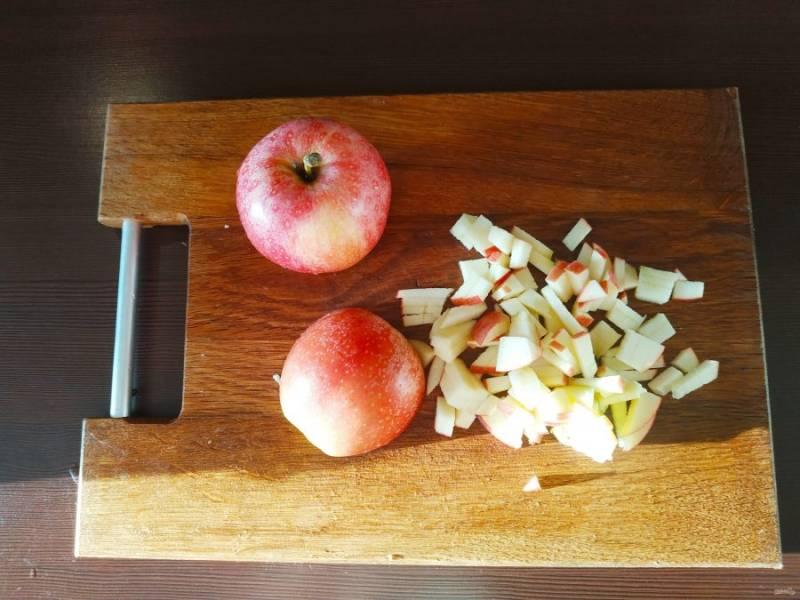 Пока тесто отдыхает, нужно приготовить начинку из яблок и корицы. Яблоки помойте и порежьте мелким кубиком.