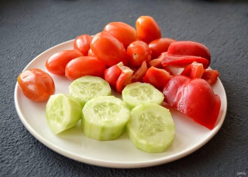 Овощи помойте, нарежьте крупными ломтиками.
