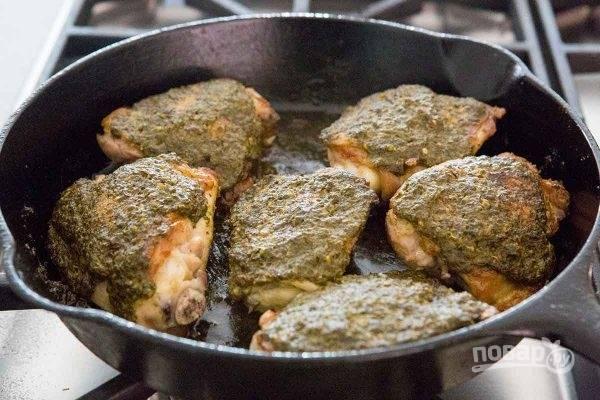 Запекайте курицу до готовности в разогретой духовке около 10-15 минут.