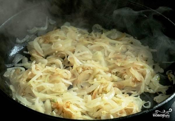 Обжариваем лук в растительном масле до золотистости.