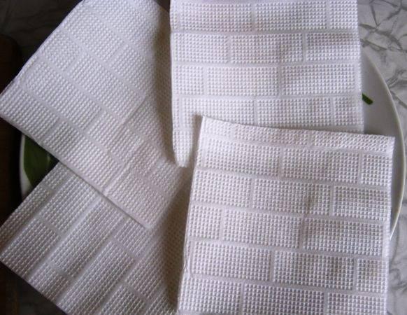 5. Для обжаренных баклажанов подготовить бумажные полотенца или салфетки, на которые выложить их после жарки. Остудить их примерно 10 минут.