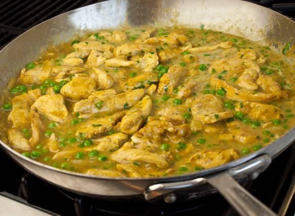 7. На медленном огне тушить кусочки курицы в сметанном соусе в домашних условиях до готовности. Подавать к столу можно отдельным блюдом, присыпав свежей зеленью, или дополнить любимым гарниром.