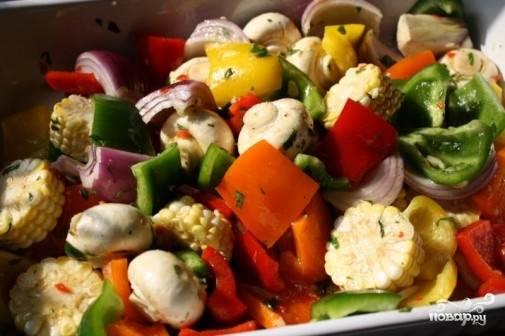 5. Заправьте маринадом и хорошо перемешайте. Выложите в контейнер с плотной крышкой и оставьте в холодильнике на пару часов, чтобы овощи как следует пропитались.