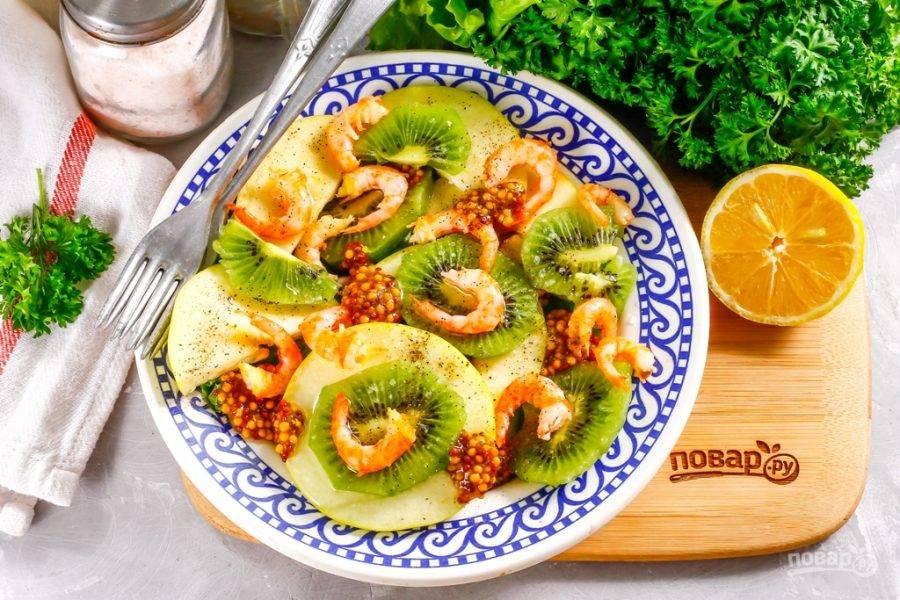 Посолите и поперчите салат, сбрызните его растительным маслом: оливковым, подсолнечным, кукурузным, но без запаха. Можно заменить масло нежирным майонезом, но не сметаной! По желанию украсьте блюдо свежей зеленью.