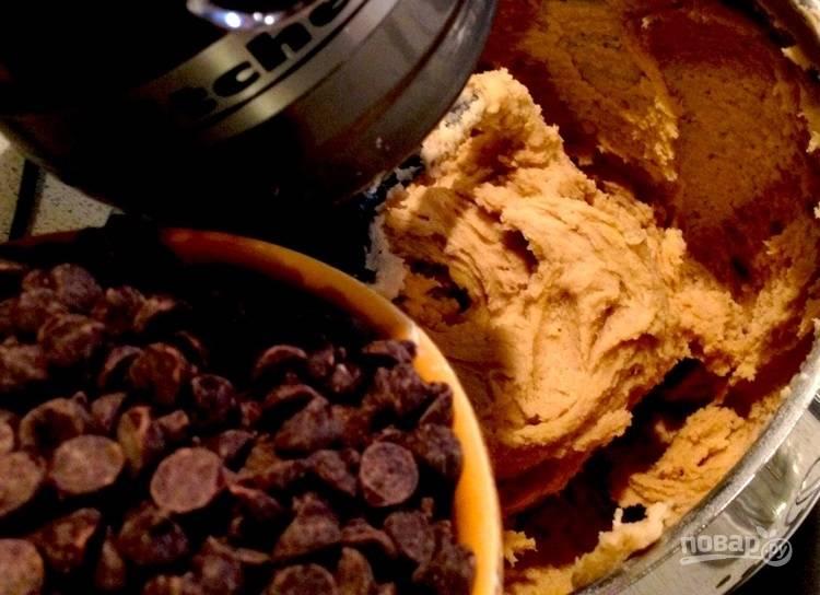 4.В последнюю очередь добавьте в тесто шоколадные чипсы или крупно нарубите шоколадную плитку.