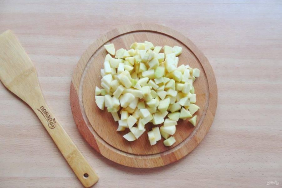 Яблоки помойте, очистите и нарежьте небольшими кубиками.