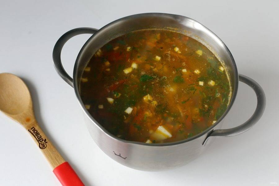 Готовому супу с гречкой и фасолью дайте настояться, а затем разлейте его по тарелкам и подавайте к столу.