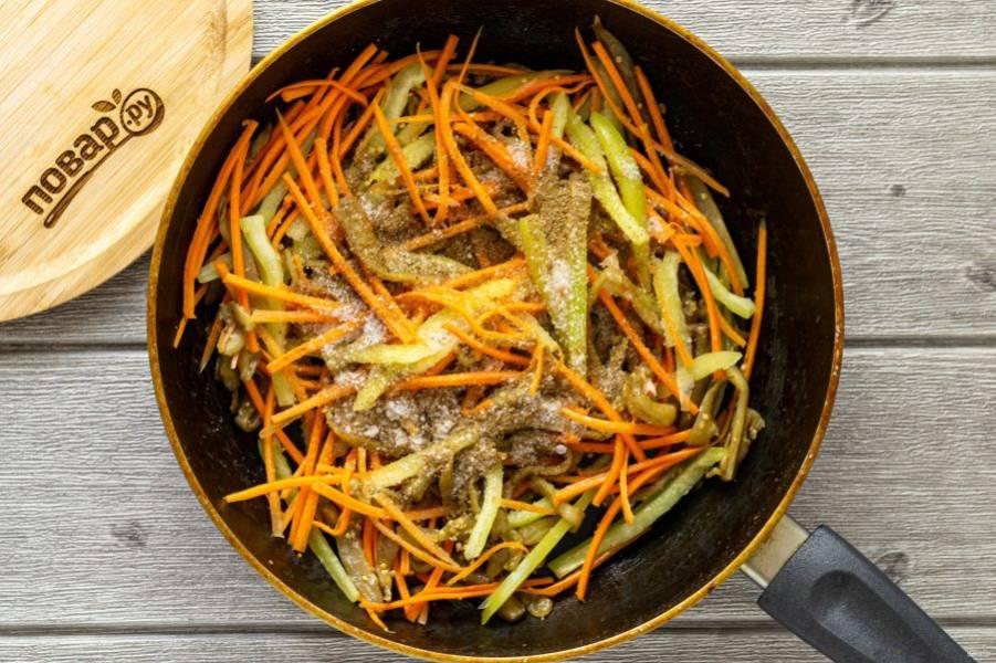 Добавьте все специи, соль и сахар, влейте уксус. Прогрейте пару минут, чтобы все овощи стали мягкими.