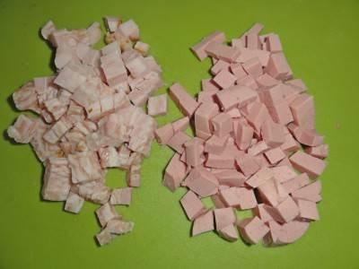 Нарезаем колбасу, курицу и лук кубиками.