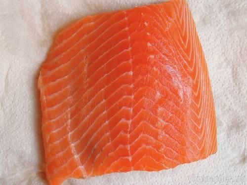 1. Филе нужно тщательно вымыть и обсушить бумажным полотенцем. Подсолите его немного при желании. Филе можно взять как очищенное, так и на кожице. Использовать различные специи не рекомендую, чтобы не перебивать вкус рыбы.