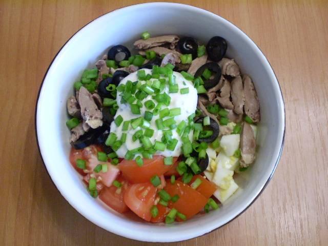 7. Заправляем салат зеленью, соусом или майонезом.