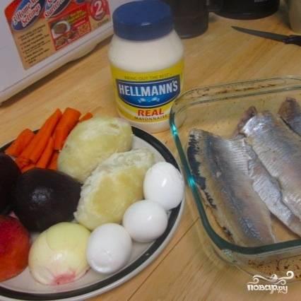 Сперва необходимо подготовить все ингредиенты - сельдь отделить от косточек (если у вас не филейный кусок), яйца отварить вкрутую, а морковь, картофель и свеклу отварить до готовности.