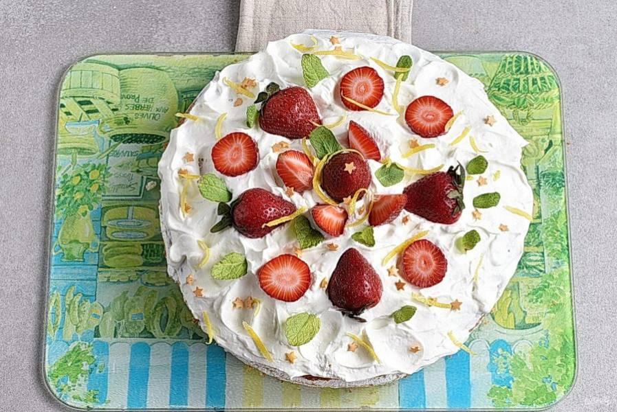 Украсьте торт свежей клубникой и лимонной цедрой. Можно использовать свежую мяту.