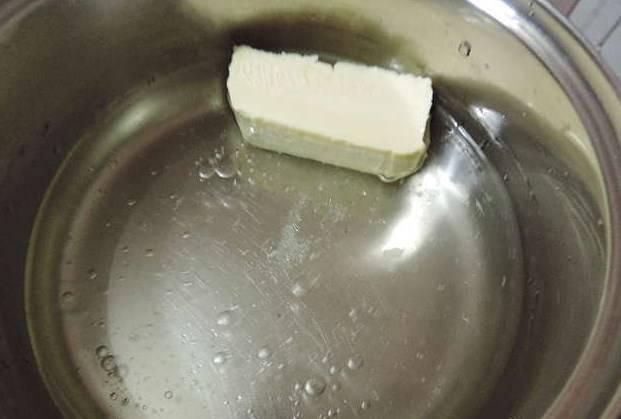 Теперь займемся заварным тестом. Воду вскипятить со сливочным маслом, растительным маслом и солью.