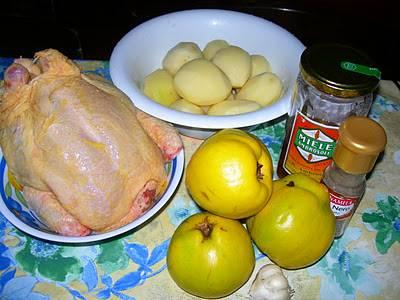 2. Тем временем можно вымыть и очистить картофель. При желании его можно и не добавлять, тогда простой рецепт курицы с айвой станет еще проще. Однако картофель получается в таком варианте просто изумительный, к тому же, не придется думать о гарнире.