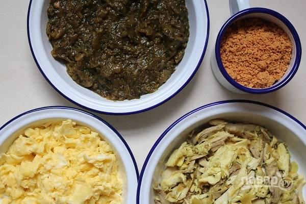 """3. Измельчите в блендере миндаль. На сковороде с небольшим количеством сливочного масла пожарьте яичницу-болтунью. Вот такой набор ингредиентов для начинки в марокканский пирог """"Бастила""""."""