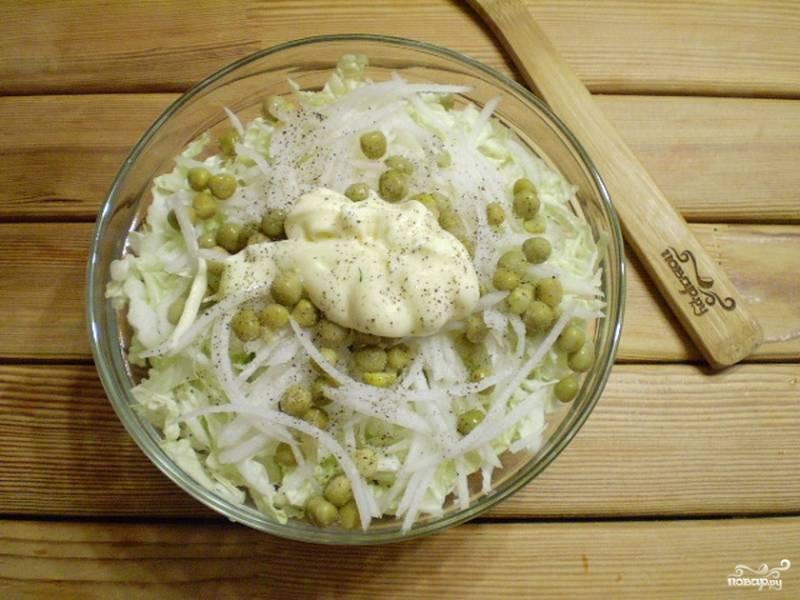 4. Сложите ингредиенты салата в глубокую тару, посолите, поперчите. Добавьте майонез.