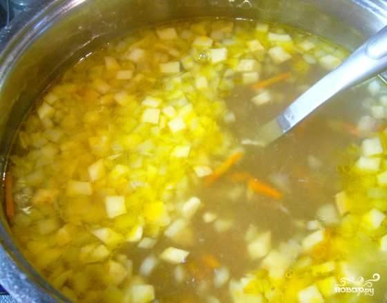 Нарезаем малосольные огурчики. Кладем их в сковородку к обжаренным овощам, тушим 5 минут. Картофель чистим и режем кубиками. Закидываем картофель вместе с овощами в кастрюлю к сердечкам и перловке.
