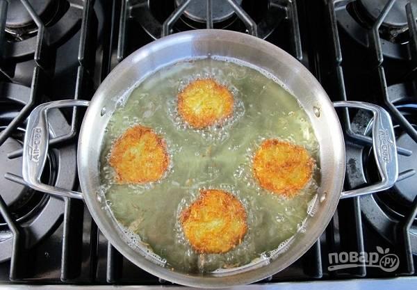 4. И жарьте с двух сторон до румяности на среднем огне. Перед подачей выложите на бумажное полотенце, чтобы убрать излишки масла. Приятного аппетита!