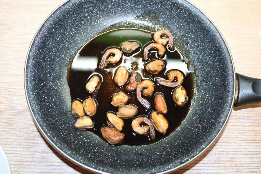 Мидии и креветки достаньте из соевого соуса.