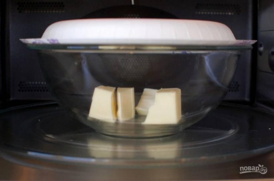 1.Растопите масло в микроволновой печи, накрыв миску тарелкой.