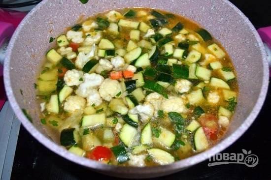 Наливаем холодной воды или овощного бульона столько, чтобы жидкость слегка покрывала овощи. Варим минут 20 на маленьком огне.