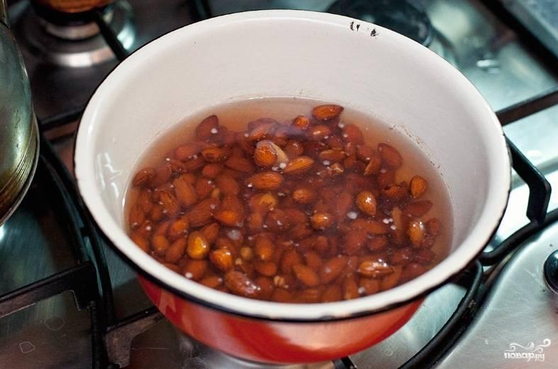 Залейте миндаль кипятком, оставьте его на 10 минут. Потом слейте и снова залейте воду. Оставьте до полного остывания, а далее очистите миндаль от кожуры прямо в воде.
