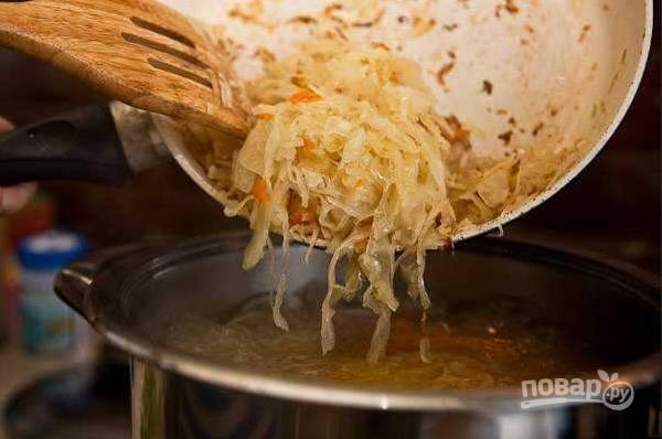 4. Теперь на другой половине масла тушим капусту, её тоже добавим в кастрюлю. Теперь и специи добавим по вкусу.
